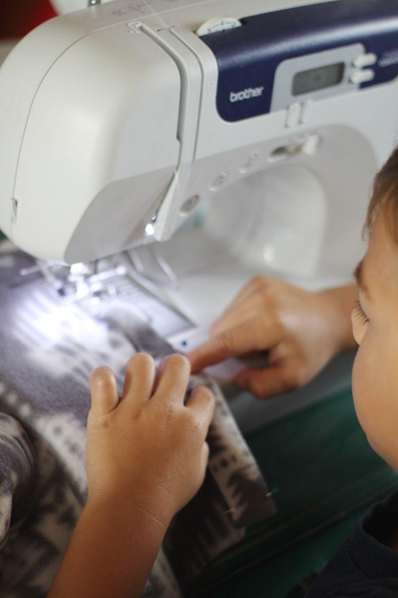 Kindergartener sewing